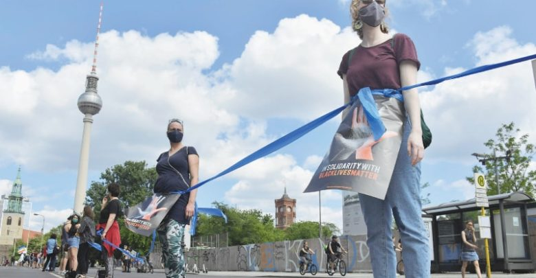 Photo of Berliners form socially-distanced human chain against racism