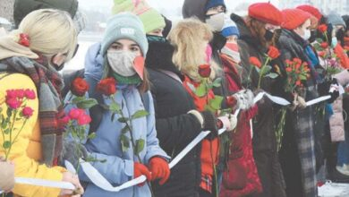 Photo of Russian women form Valentine's Day chains to protest crackdown