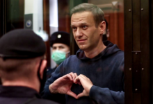 Photo of Kremlin critic Alexei Navalny jailed, declares Putin 'the Underwear Poisoner'