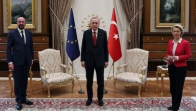 Photo of EU commission head taken aback as Erdogan and her colleague snap up chairs
