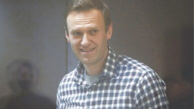 Photo of Jailed Navalny losing sensation in hands, says lawyer